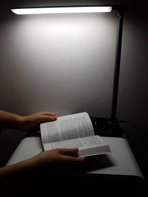Lecture d'un livre avec la lampe Aukey