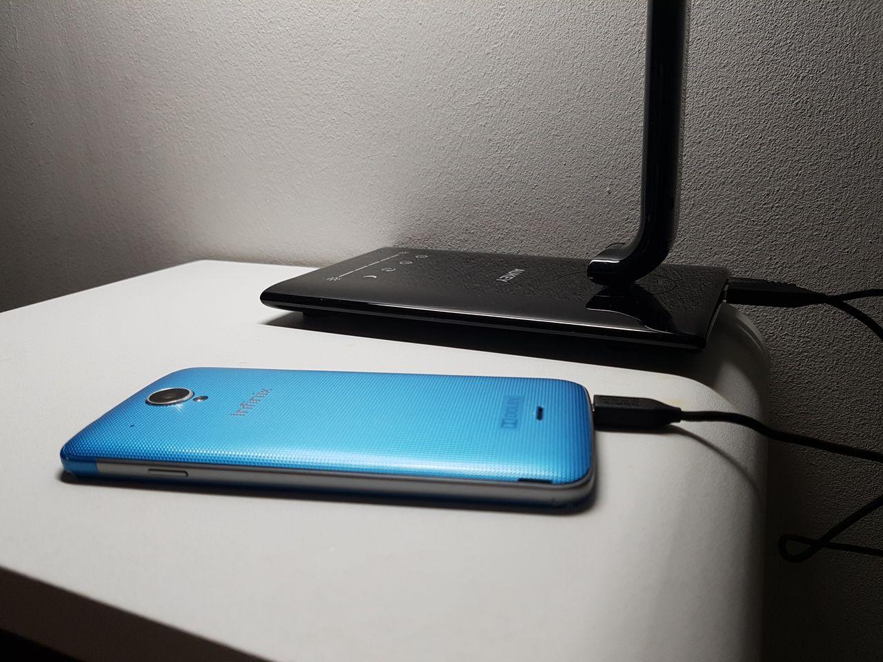 Rechargement d'un smartphone grâce à la lampe d'Aukey